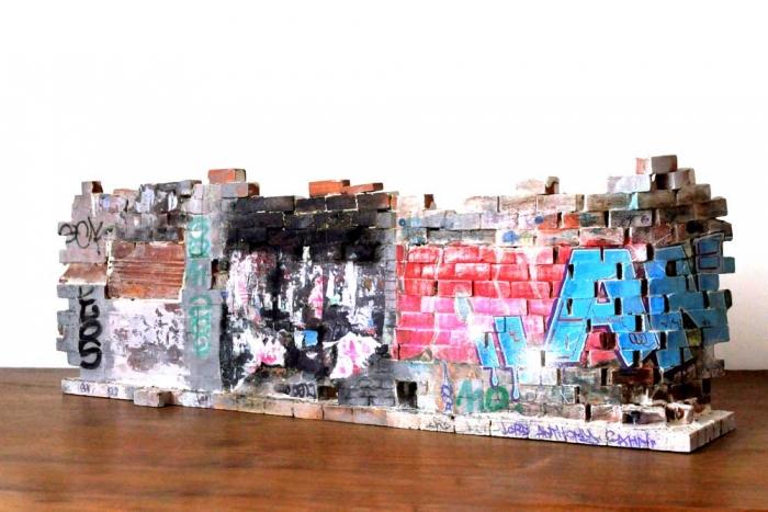 Mur vers Pigalle - Recto 21x62x11.5 cm. Un titre de propriété de mur est remis à l'acquéreur. Ex unique.