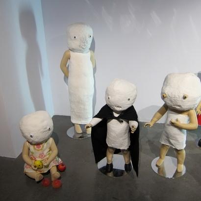 Neil Farber, installation de Mannys, plâtre, résine, tissus (drop fine art), © Pierre Schwartz