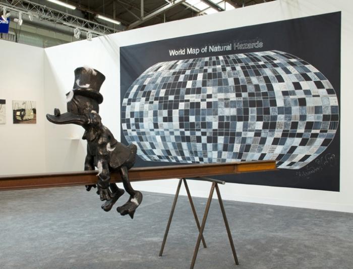 (Casse-toi alors) Pauvre canard, 2009, Bronze, plumes, bitume, 167 x 370 x 75 cm