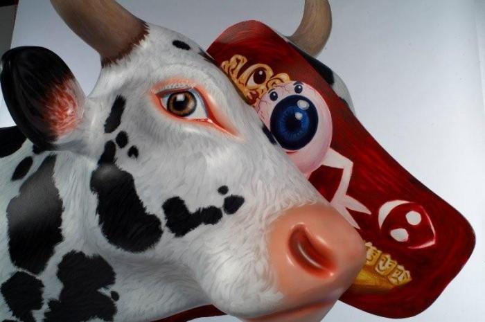 Hommage à Damian Hirst, Vache, résine et bois, 2007, 31 x 55 cm, Hervé Di Rosa
