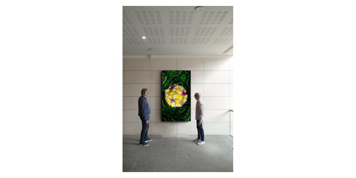 Vue de l'installation (à gauche : Miguel Chevalier, artiste / à droite : Olivier Schwartz, chef de l'unité de recherche virus et immunité)