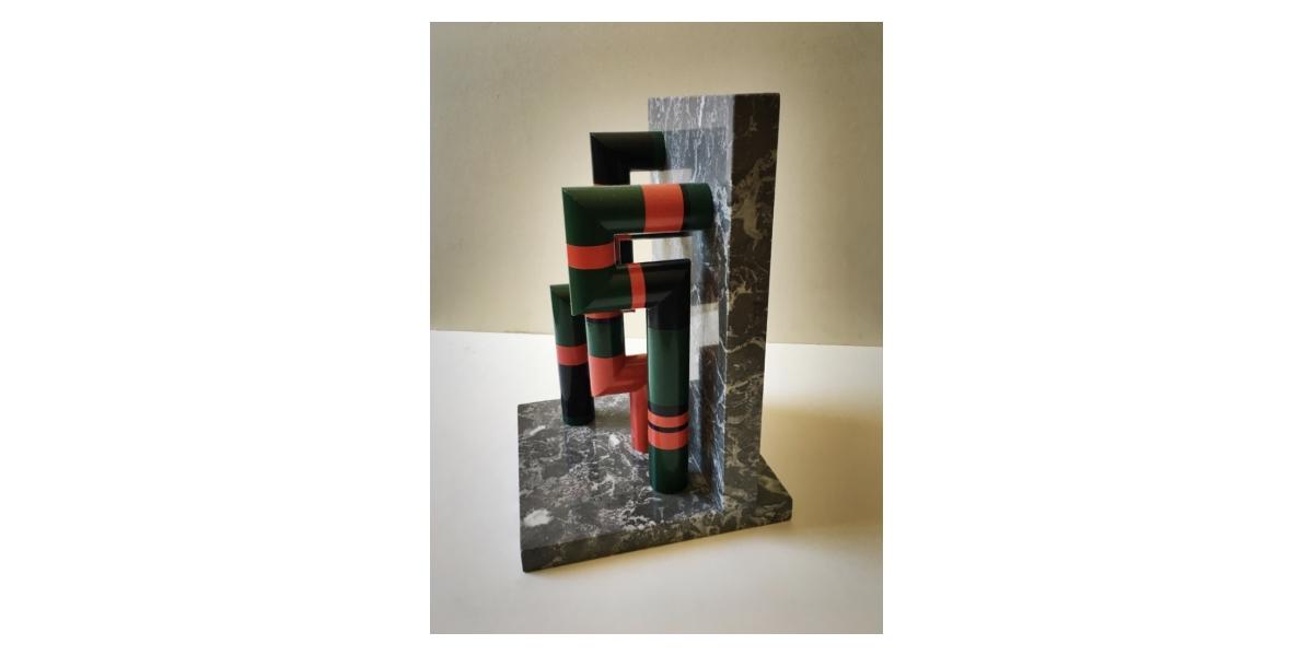 Guy de Rougemont, Portique (sculpture de table), c. 1970. Colonnes en PVC laqué, 21 x 21 x 32 cm. Signée et numérotée